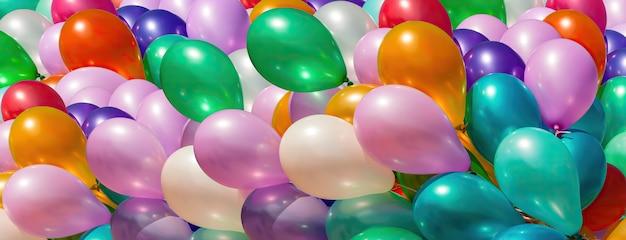 Ein haufen bunter ballons. abstrakter feiertagshintergrund