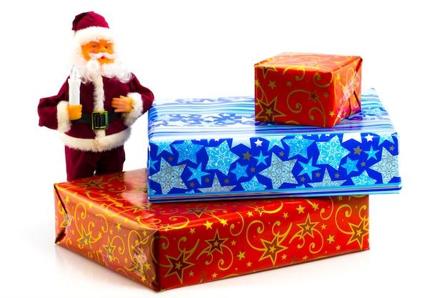 Ein haufen bunter weihnachtsgeschenke auf weißem hintergrund