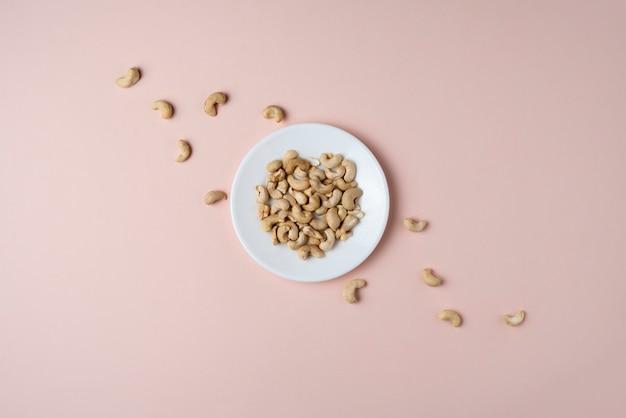 Ein haufen frischer roher cashewnüsse, die flach liegen