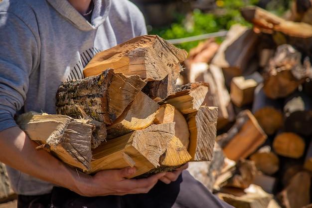Ein haufen gestapeltes brennholz, vorbereitet zum heizen des hauses