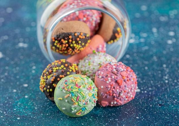 Ein haufen kekse mit bonbons im glas.