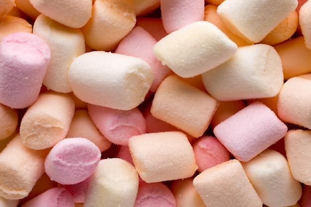 Ein haufen kleiner farbiger geschwollener marshmallows.