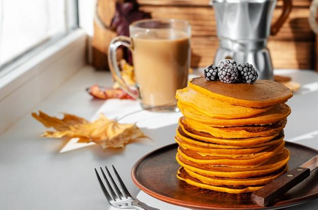 Ein haufen kürbispfannkuchen mit brombeeren. leckeres frühstück.