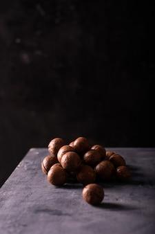Ein haufen macadamianüsse auf dem tisch