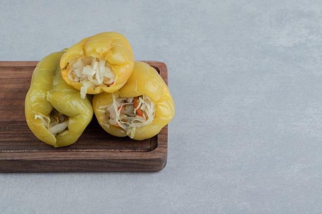 Ein haufen paprika auf dem brett auf der marmoroberfläche