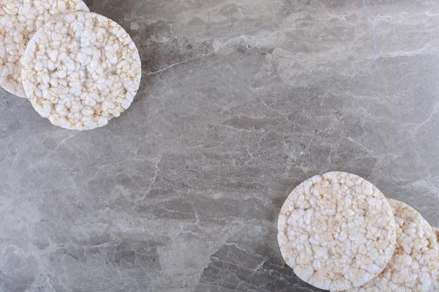 Ein haufen puffreiskuchen auf der marmoroberfläche
