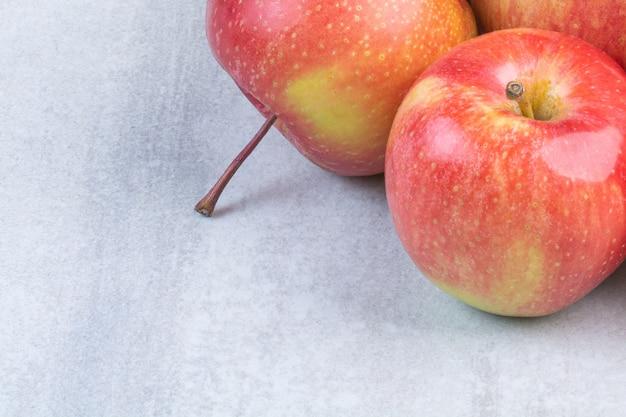 Ein haufen roter äpfel.