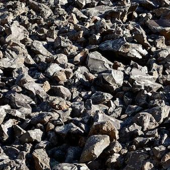 Ein haufen schwarzer steine vulkanischen ursprungs. nordkaukasus.
