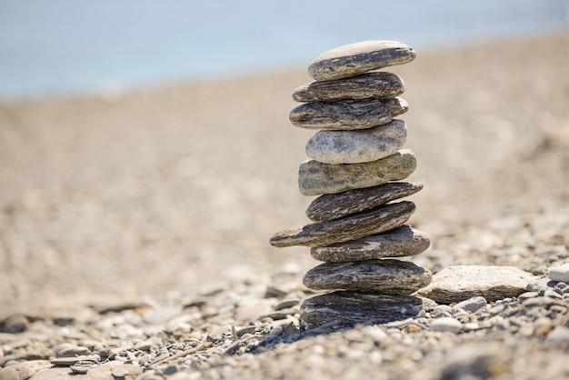 Ein haufen von kieselsteinen am strand