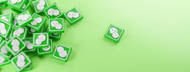 Ein haufen wechat-logos auf grün