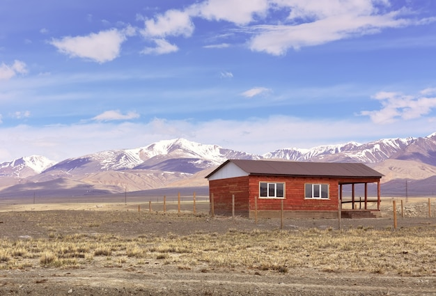 Ein haus im altai-gebirge ein einsames gebäude in der chui-steppe im frühjahr a