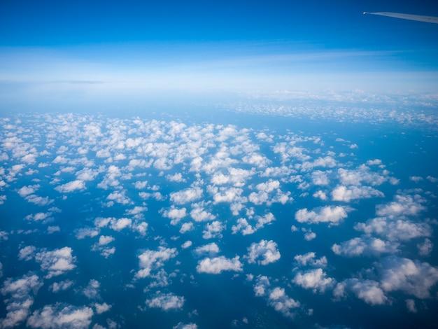Ein himmel mit wolken