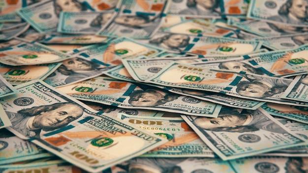 Ein hintergrund von verstreuten hundert dollarnoten