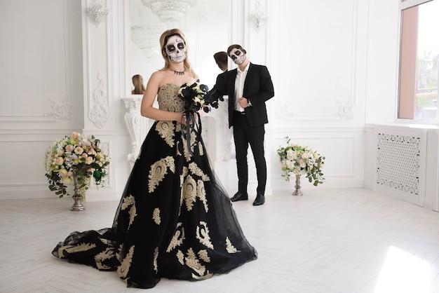 Ein hochzeitspaar mit skelett macht halloween oder all souls day wieder gut