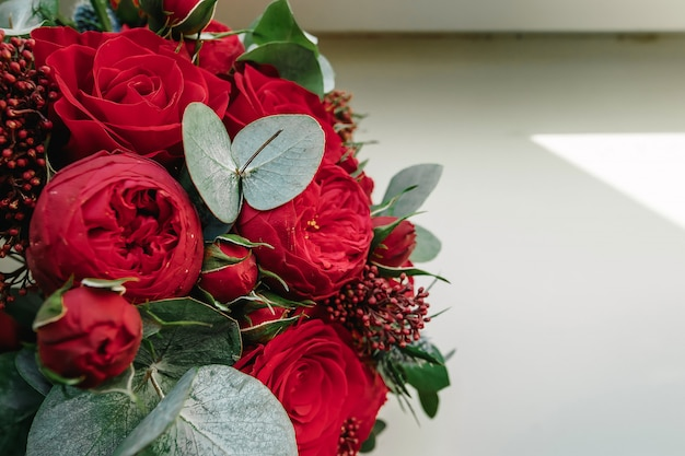 Ein hochzeitsstrauß aus roten rosen liegt