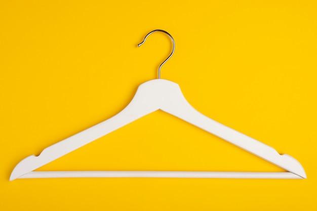 Ein hölzerner aufhänger lokalisiert auf gelb.
