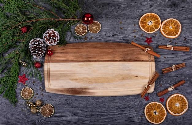Ein hölzernes brett mit kopienraum für text mit weihnachtsdekor