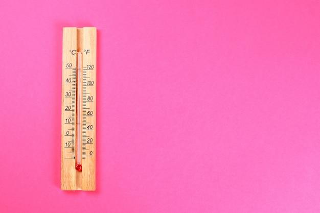 Ein hölzernes thermometer, das 30-40 grad wärme zeigt