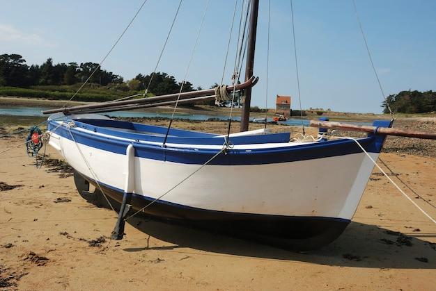 Ein holzboot bei plougrescant in der bretagne