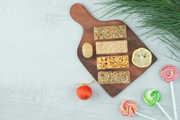 Ein holzbrett aus erdnusskrokant und zitronenscheibe. hochwertiges foto