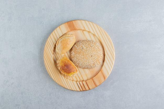 Ein holzbrett mit süßem, köstlichem gebäck.