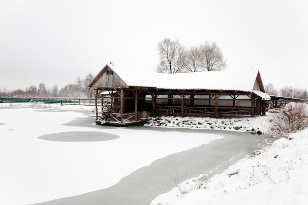 Ein holzgebäude, das zur erholung gedacht ist. wintersaison