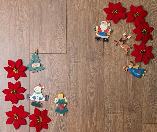 Ein holzhintergrund mit weihnachtssternen und weihnachtsfiguren