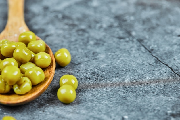 Ein holzlöffel gekochter grüner erbsen.