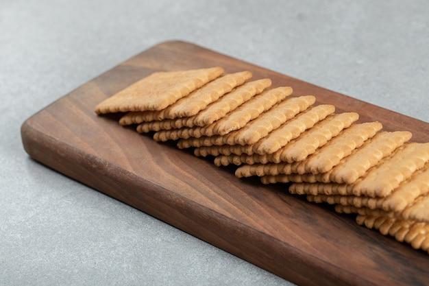 Ein holzschneidebrett mit leckeren crackern.
