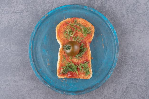 Ein holzteller mit toast auf einer marmoroberfläche