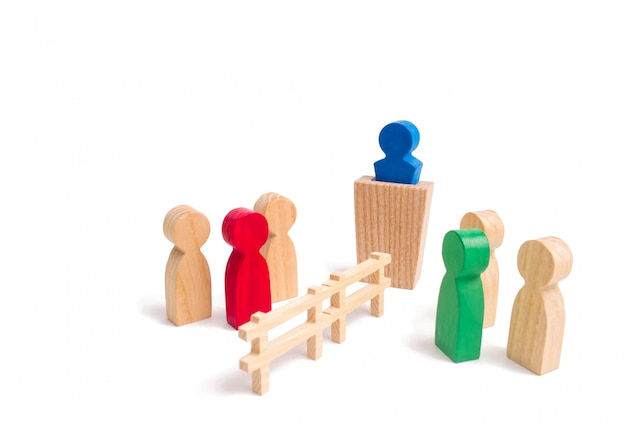 Ein holzzaun teilt die beiden gruppen, die den fall diskutieren.