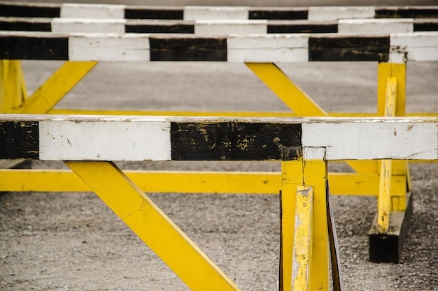 Ein hürdenlauf auf grauem laufen in stadionbahn
