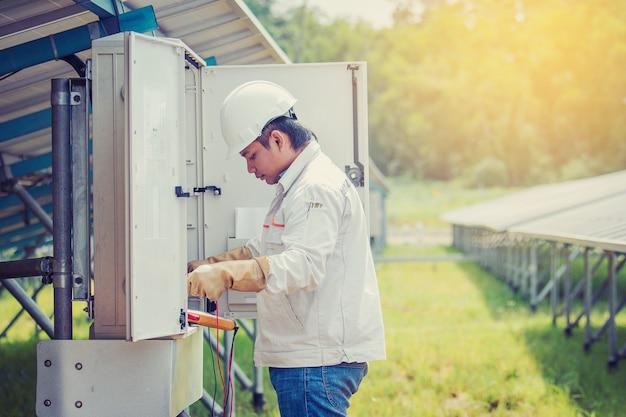 Ein ingenieur, der an kontroll- und wartungsausrüstung im solarkraftwerk arbeitet