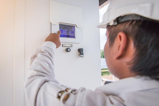 Ein ingenieur, der an überprüfender ausrüstung im solarkraftwerk arbeitet