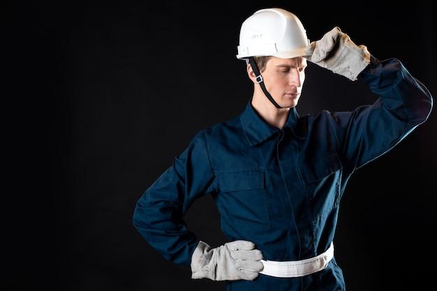 Ein ingenieur oder architekt auf einer baustelle ein mann im gewand