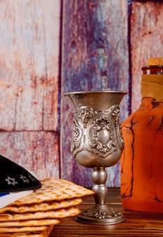 Ein jüdisches matza-brot mit wein. passahfest urlaub konzept