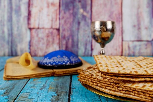 Ein jüdisches matza-brot mit wein. passahfest