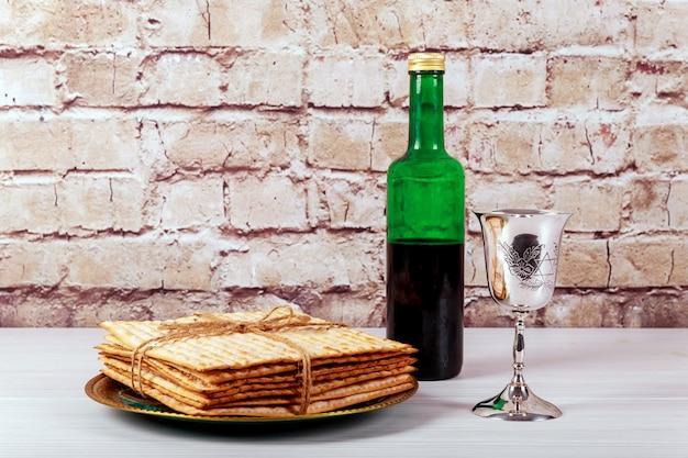 Ein jüdisches matzah-brot mit wein. passahfest-ferienkonzept