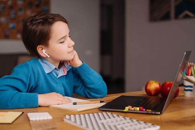 Ein jugendlicher junge benutzt einen laptop, um online-kurse zu machen Kostenlose Fotos