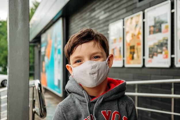Ein junge in einer schutzmaske betritt den supermarkt