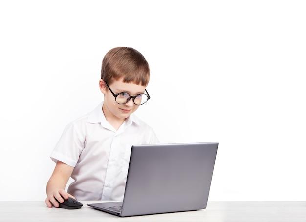 Ein junge mit brille ein grundschüler