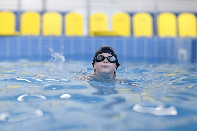 Ein junge schwimmt