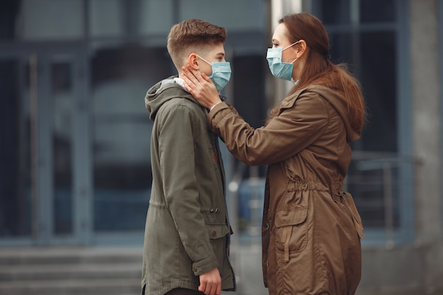 Ein junge und eine mutter tragen schutzmasken