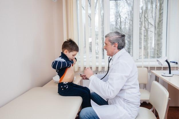 Ein junge wird von einem erfahrenen arzt in einer modernen klinik angehört und behandelt. ein virus und eine epidemie.