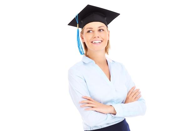 Ein junger absolvent, der über weißem hintergrund jubelt