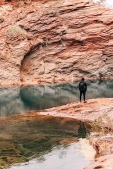 Ein junger alleinreisender in der australischen schlucht.