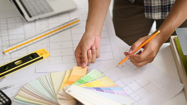 Ein junger architekt wählt eine farbkarte für das wohndesign