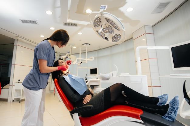 Ein junger arzt behandelt die zähne seines patienten. zahnheilkunde