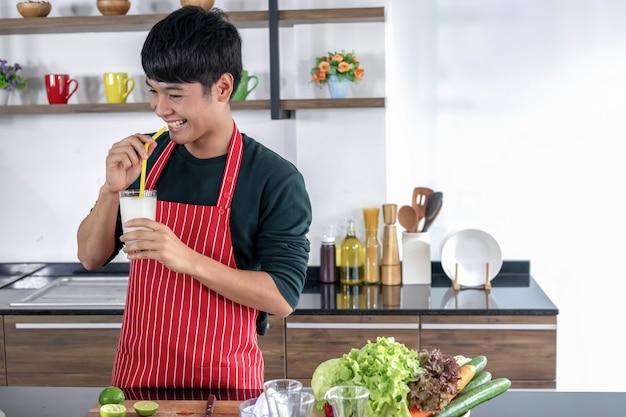 Ein junger asiatischer mann zeigt smoothie limonade.