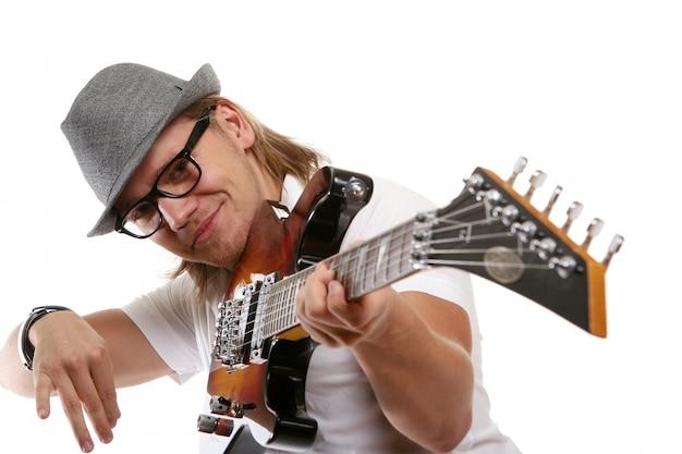 Ein junger attraktiver mann mit gitarre